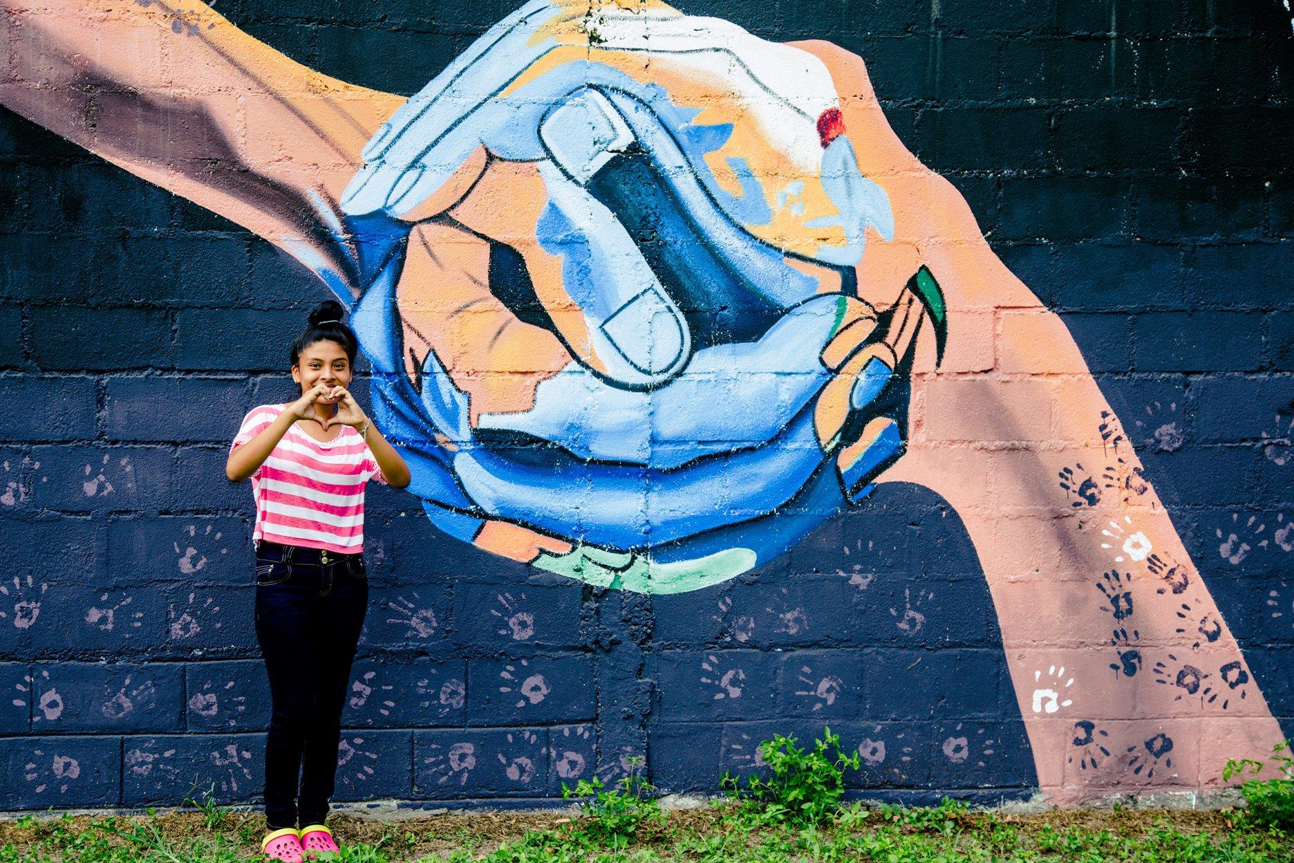 Niña y Mural
